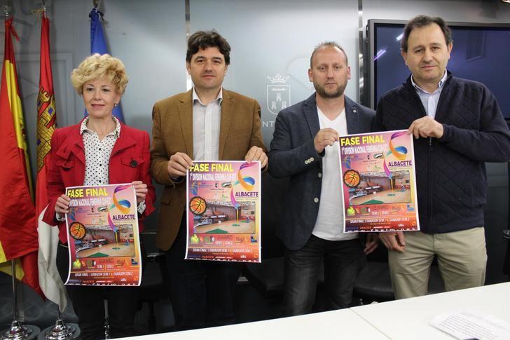 Presentado el trofeo de la fase final baloncesto femenino entre Castilla-La Mancha y Extremadura