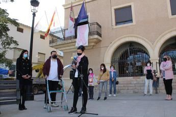 La Roda conmemoró el Día Mundial de la lucha contra el Cáncer de Mama con un gran lazo rosa en la plaza