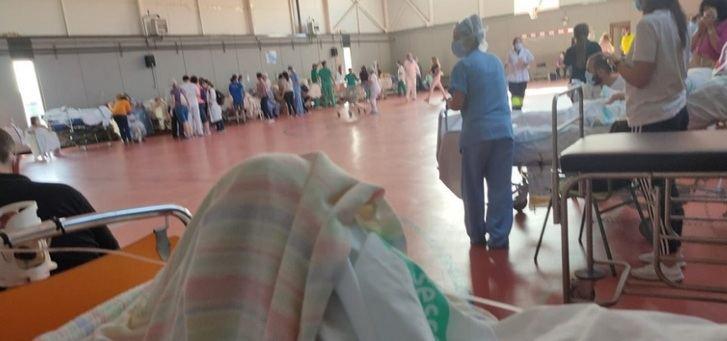 Imagen del hospital de campaña montado en el gimnasio del colegio La Olivarera,.