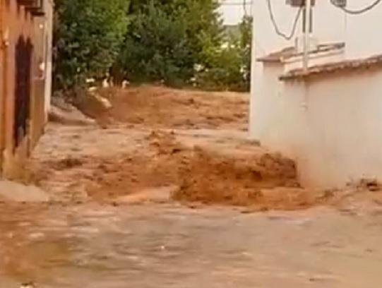 La Guardia Civil rescata a dos niños y un hombre atrapados al desbordarse el río en Ossa de Montiel (Albacete)