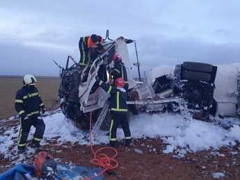 Bomberos de la Diputación de Albacete actúan en el accidente de un camión que transportaba gasolina