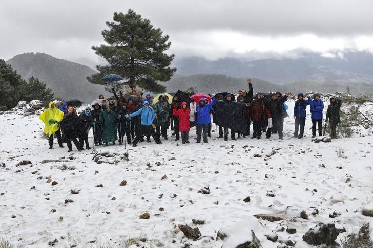 Nieve y lluvia en la ruta de senderismo el pasado sábado en Villaverde de Guadalimar