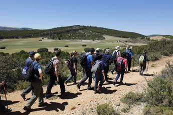 Los senderistas visitaron el Cristo del Sahúco de las Peñas de San Pedro
