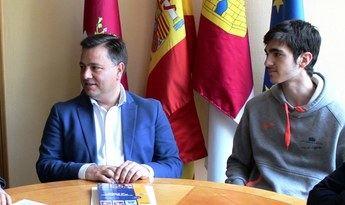Visita al Ayuntamiento de Albacete de Carlos Víllora, que participará en la fase final de la Olimpiada de Física