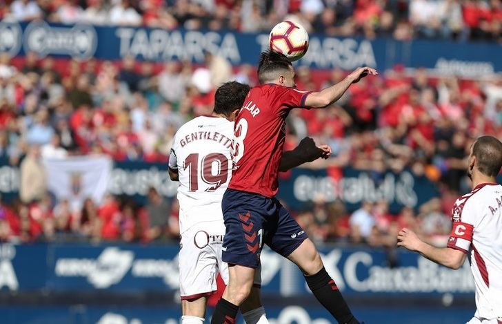 El Osasuna está lanzado al ascenso directo tras ganar (2-0) a un Albacete que se quedó con nueve