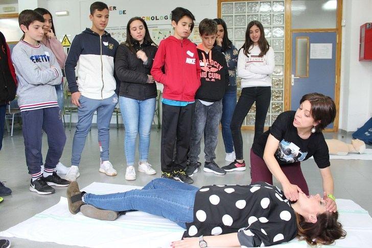 Alumnos de ESO y sus profesores aprenden reanimación cardiopulmonar en el hospital de Almansa