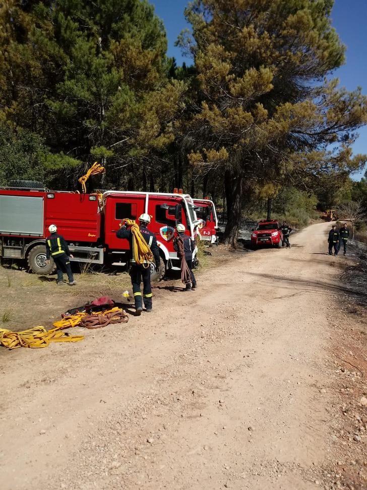Profesionales y medios del SEPEI continúan colaborando en los trabajos que se desarrollan contra el incendio forestal de Paterna del Madera