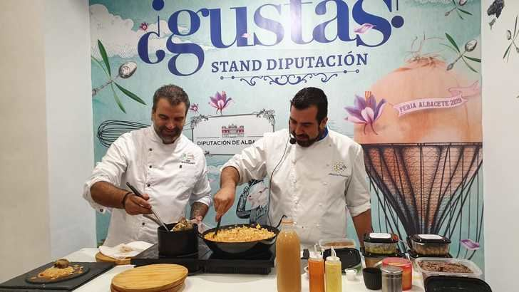 El chef Alex Fernández sorprende en el stand de la Diputación con dos recetas tradicionales