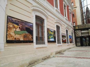 La Diputación Provincial alberga en su fachada la exposición 'Paisajes de Albacete', de Toni Real