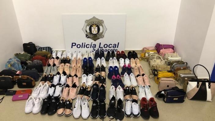 La Policía Local de Albacete decomisa decenas de pares de zapatillas y bolsos de venta ilegal en el Paseo de la Feria