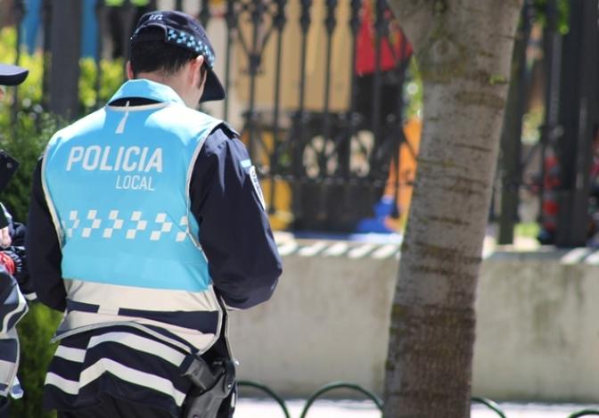 Un joven, sin carné de conducir, implicado en un accidente  en la calle Santa Marta de La Roda