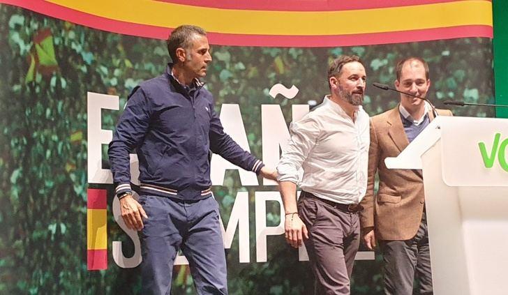 Santiago Abascal, entre Lomana y Víctor González, en el acto de Albacete
