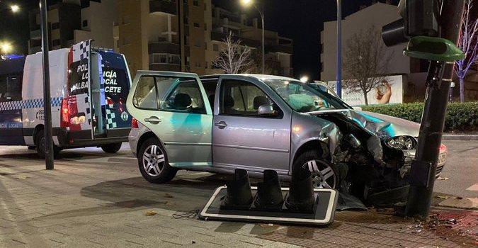 Así quedó el coche tras chocar contra el semáforo en la Circunvalación, junto a la Avenida de España.