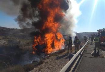 Dos heridos tras chocar un camión contra un vehículo parado por una avería en la autovía A-30, entre Albacete y Murcia