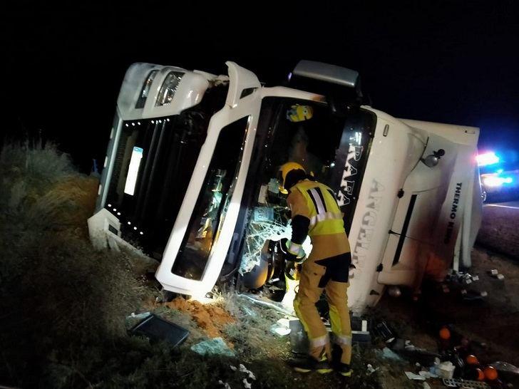 Fallece un hombre en un falta accidente en Minglanilla (Cuenca) tras salirse de la A-3 y volcar su camión