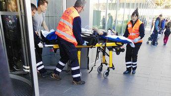 Pelayo siendo trasladado por los servicios de emergencias.