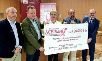 La Diputación y el Ayuntamiento de Albacete, junto a ACEPAIN en la entrega de fondos al doctor Ocaña para la investigación contra el Cáncer