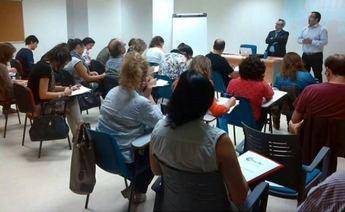 Unos 35 comerciantes y emprendedores participan en el taller de escaparatismo de La Roda