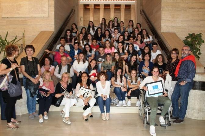 Alumnos del proyecto Erasmus + visitan el salón de plenos del Ayuntamiento de Albacete