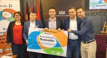 El presidente de la Diputación, Santiago Cabañero, entregó el premio al centro ganador.