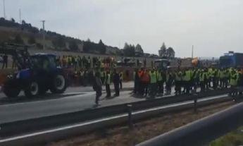 Los agricultores cortan la A4 en ambos sentidos en la provincia de Ciudad Real