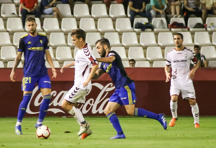 El Albacete Balompié dejó escapar la victoria en el tiempo de descuento ante el Cádiz (1-1)