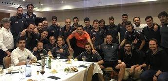 Imagen de alegría de plantilla, técnicos y dirigentes del Alba horas después de logrado el objetivo de la permanencia.