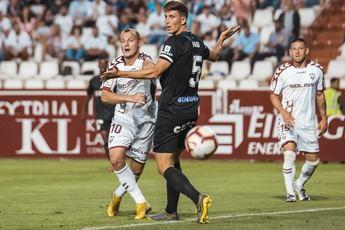 El Albacete cayó ante el Málaga (1-2) y perdió la opción del ascenso directo y la tercera plaza