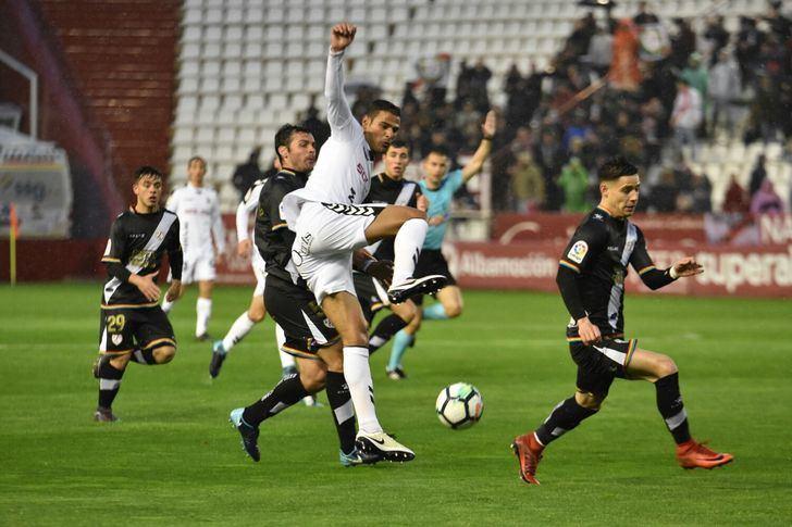 El Rayo Vallecano gana al Albacete con un gol en el minuto 85 (0-1) y se pone líder