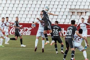 Un gol de Zozulia ante el Sporting rescata un punto y saca al Albacete del descenso