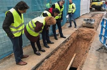 Técnicos y responsables municipales, observando el hallazgo de las tinajas en la calle Albarderos.