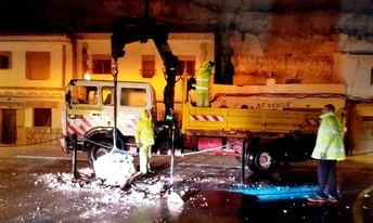 Los operarios de la Junta despejan la CM-3201 tras un nuevo desprendimiento de rocas en Alcalá del Júcar (Albacete)