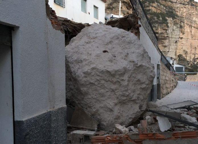 Junta, Diputación y Ayuntamiento de Alcalá del Júcar, de acuerdo los arreglos del desprendimiento de rocas