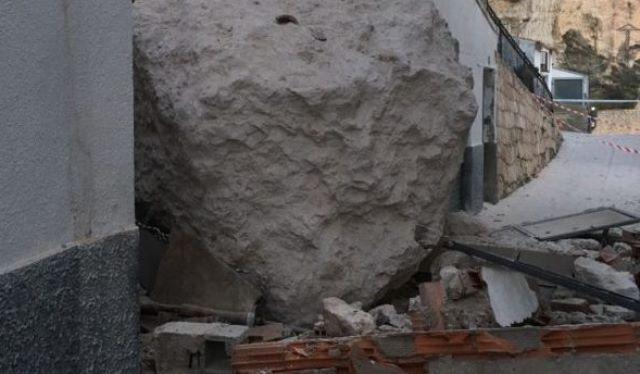 Imagen de archivo de uno de los desprendimientos de rocas que ha sufrido Alcalá del Júcar en los últimos años.