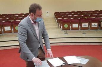 """Casañ no dimite como alcalde de Albacete, se defiende de las acusaciones y pide """"respeto"""" para una persona honrada"""