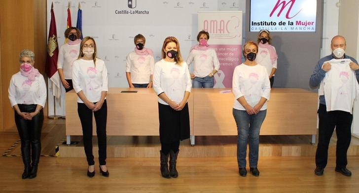 La Consejería de Igualdad y AMAC presentan la camiseta del 20 Aniversario del colectivo de mujeres en la lucha contra el cáncer de mama