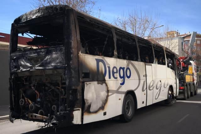 Autobús incendiado en Albacete este sábado.