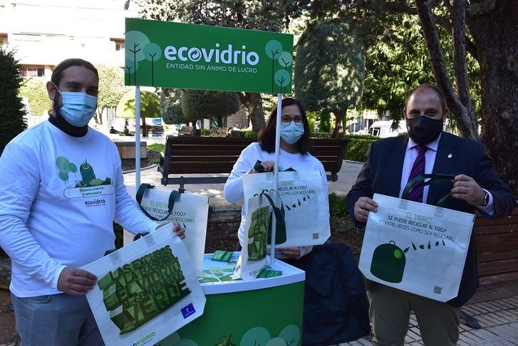 Albacete acepta el reto de aumentar en un 10% su reciclaje de vidrio a cambio de plantar 50 árboles en la ciudad