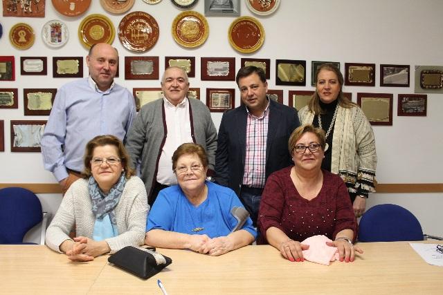 Hurtado junto a Manuel Serrano y directivos de El Pilar en una imagen de archivo.
