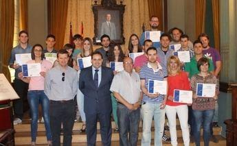 Francisco Núñez entrega los diplomas a los monitores deportivos formados con el Programa europeo Elys
