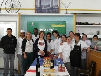 La concejal de Acción Social, Eva Navarro, preside la clausura del taller de cocina 'Albacete Integra'