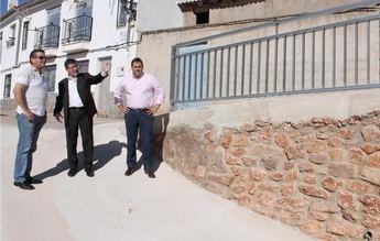 Salobre construye un muro de contención e instala una barandilla para facilitar la movilidad de sus vecinos