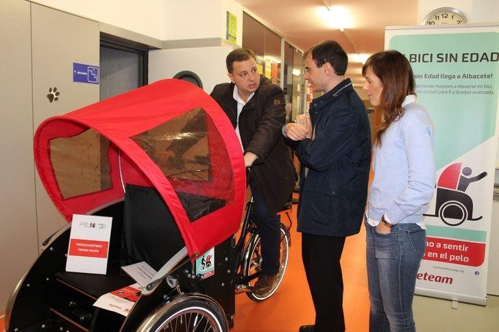 Generosidad y solidaridad de los jóvenes de Albacete en el curso de voluntariado 'En bici sin edad'