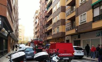 Bomberos y Policía Local de Albacete intervienen en un domicilio de Albacete en el que había dos niños en un balcón en peligro