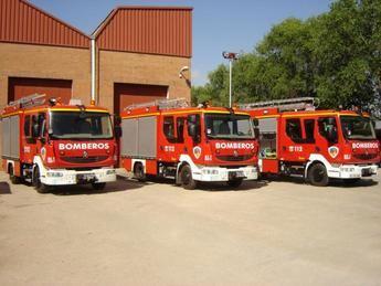 Los bomberos intervienen en un incendio en una planta de reciclaje de La Roda (Albacete)