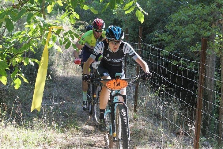 Los ciclistas del Circuito de BTT de la Diputación de Albacete vivieron una carrera intensa por la sierra, en Villaverde de Guadalimar