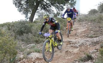 Nieves Giménez e Iván Martínez ganador la carrera de BTT de Pozo Cañada, marcada por el viento