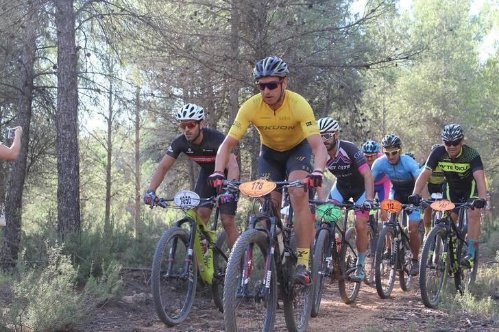 Casas Ibáñez recibe a los ciclistas que participan en el Circuito de BTT de la Diputación de Albacete