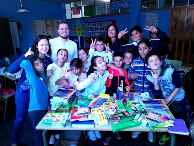 Juventudes Socialistas de Albacete entrega al Colegio 'La Paz' un lote de material escolar y educativo