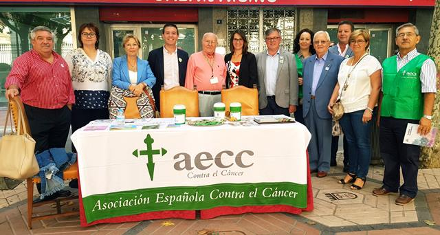 La Feria de Albacete también tiene un sitio para la solidaridad, como la cuestación de la asociación contra el cáncer